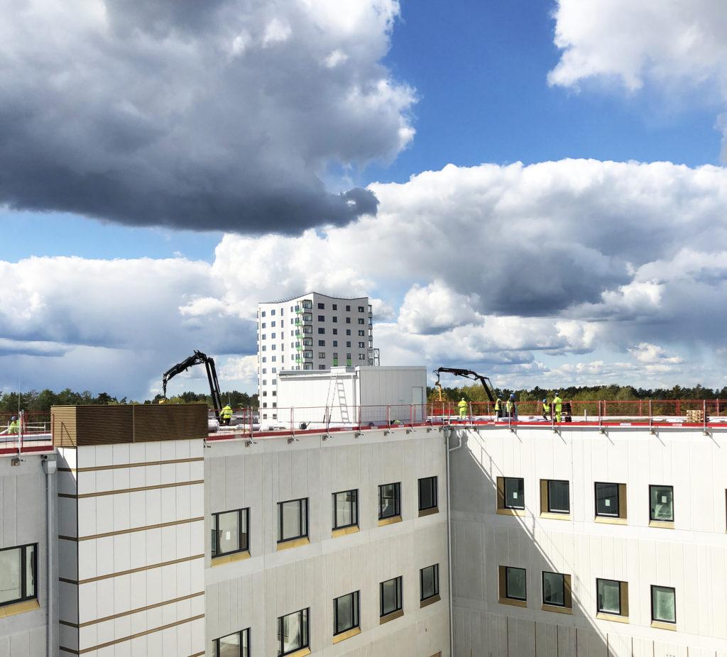 En bild som visar utomhus, byggnad, molnigt, stor  Automatiskt genererad beskrivning