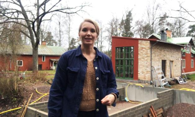 Erika Åberg känd från Tv har byggt orangeri som är monterat med Veg techs sedumtak odlat med biokol